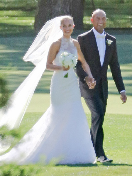 Derek Jeter and Hannah Davis holding eachother hand in their wedding day