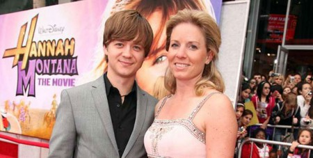 Jason Earles and his former wife Jennifer Earles at the Hannah Montana movie premiere