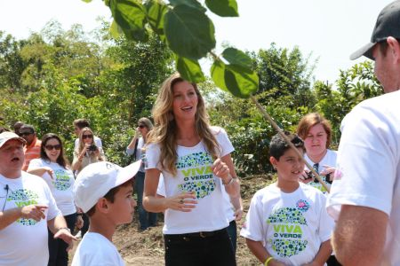 Supermodel, Gisele Bundchen participated in a charity work