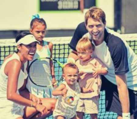 Jessica Olsson and Dirk Nowitzki playing tennis with their childrem