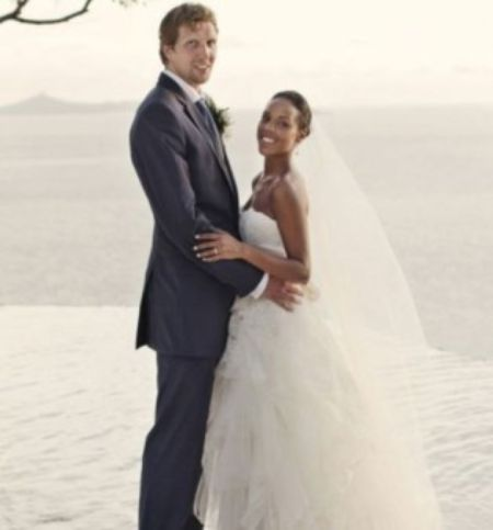Jessica Olsson and Dirk Nowitzki posing for a wedding photo