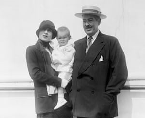 toddler Gloria with her parents. Know about Vanderbilt's  early life, parents, siblings