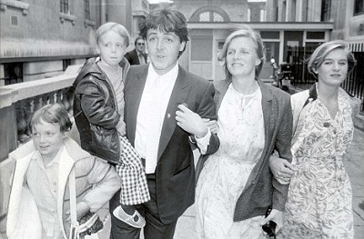 Heather with her stepfather Paul McCartney, mother Linda McCartney and half-siblings