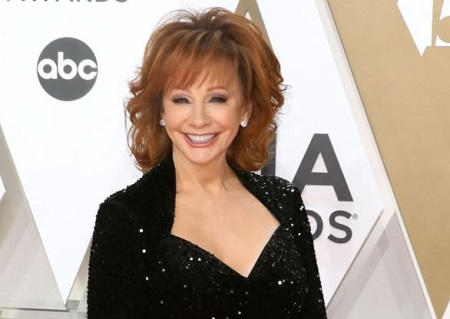 The country music singer Reba McEntire announced that she is dating an actor Rex Linn.