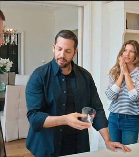 David Blaine performing magic trick to Gisele Bundchen