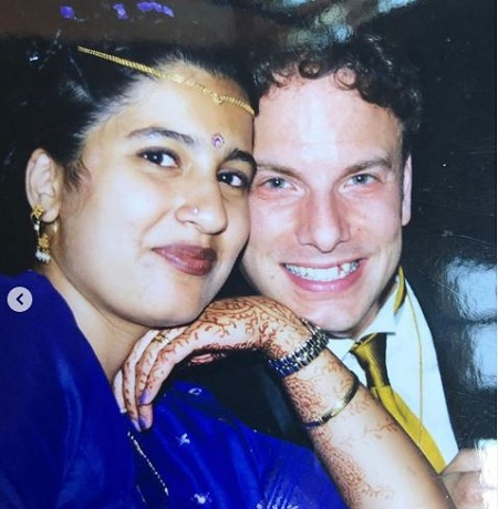 The journalist Sonali Kolhatkar is married to her husband Jim Ingalls since 1999.