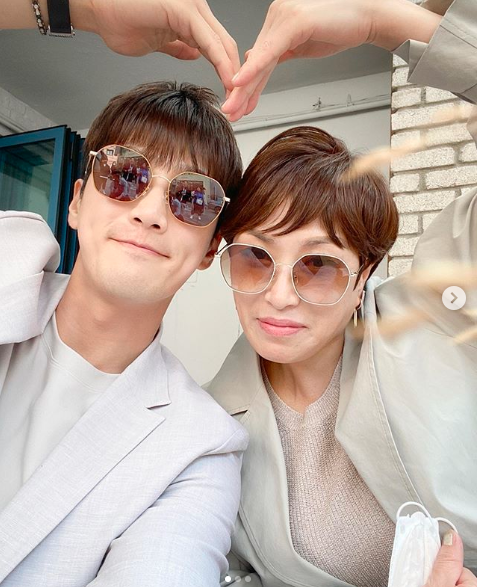 Ahn Bo-hyun  with his mother, enjoying his happy.