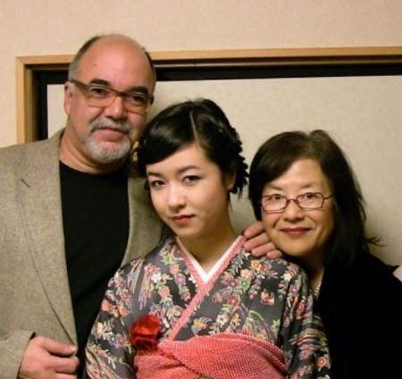 The actress Maya Erskine (middle) with her father Peter Erskine (Jazz drummer) and mother Mutsuko Erskine